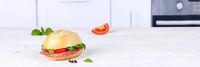 Brötchen Sandwich Baguette belegt mit Salami Schinken Textfreiraum Copyspace Banner auf Holzbrett