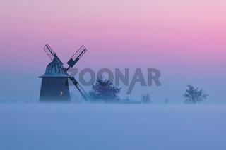 Windmühle im Nebel
