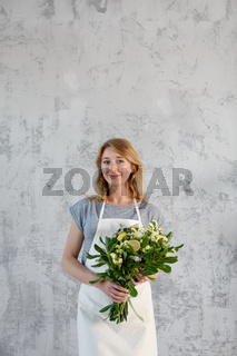Photo of florist with bouquet