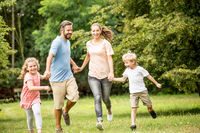 Familie mit Kindern hat Spaß im Park
