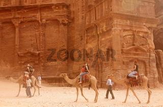 Die Strasse zwischen dem Schatzhaus und der Strasse der Fasaden  in der Historischen Felsstadt Petra im Sueden von Jordanien