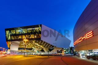 Porsche Museum Stuttgart bei Nacht Deutschland Logo Architektur Textfreiraum