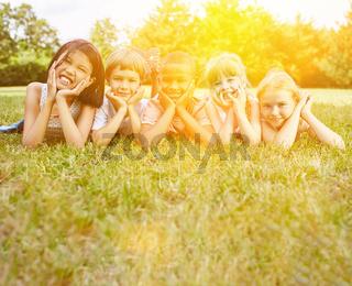 Glückliche Gruppe Kinder im Park im Sommer