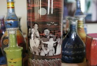 Ein Sandflaschen Kuenstler bei seiner Produktion von Touristischen Sandflaschen in Aqaba im sueden von Jordanien.