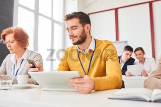 Geschäftsmann sendet oder liest eine SMS