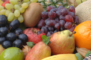 Obst, Fruechte, ananas, blaue trauben, gruene trauben, minze, mint, apfelsine, melone, banane, birne, kiwi, fruits, orange, melone, bananas, grapes, vitamine, vitamins,