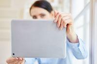 Selbstporträt mit Tablet Computer