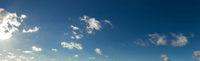 Blauer Himmel Panorama Hintergrund mit Wolken