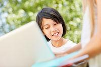 Asiatisches Mädchen nutzt eine Computer App
