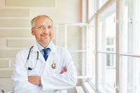 Selbstbewusster Senior als Chefarzt