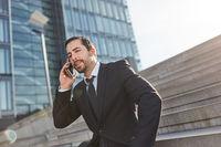Erfolgreicher Unternehmer am Smartphone