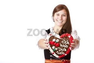 Lachende junge Frau im Oktoberfest Dirndl Kleide hält Lebkuchenh