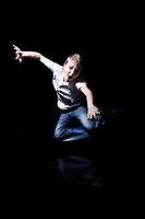Junge springt und schreit wd690