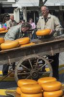Transport von Beemster Käse in einem Boot mit Bootsführer in einer Gracht