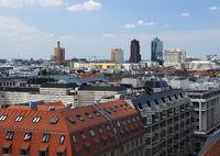 Blick vom französischen Dom am Gendarmenmarkt auf die Hochhäuser