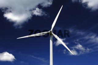 Windturbine vor blauem Himmel