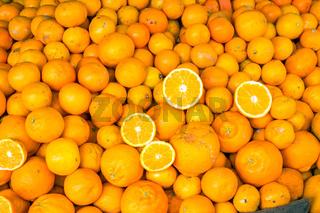 Frische reife Orangen auf einem Markt in Valparaiso
