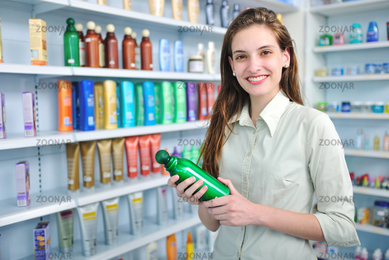 Kundin kauft Shampoo in der Drogerie