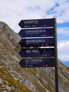 Wanderwegweiser an der Hafelekar Bergstation,Nordkette,Innsbruck,Tirol,Österreich
