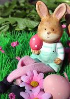 Osterhase mit bunten Eiern auf einer Blumenwiese