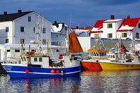 farenfrohe Fischerboote im hafen von Henningsvaer.jpg