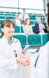Dozentin gratuliert einer Medizin Studentin