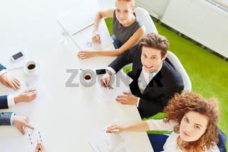 Business Meeting mit viel Statistik