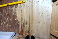 zwei Füße auf alte Holzdielen