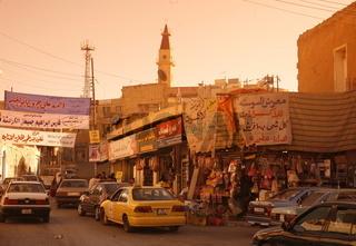 Das Zentrum von Madaba auf der Koenigsstraase im Zentrum von Jordanien