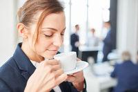 Junge Frau trinkt eine Tasse Kaffee