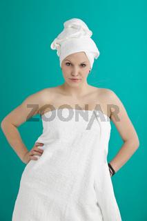junge Frau in Handtüchern nach dem Duschen