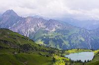 Panorama vom Zeigersattel zum Seealpsee, hinten links die Höfats 2259m, Allgäuer Alpen, Allgäu, Bayern, Deutschland, Europa
