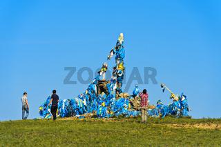 Männer bei der rituellen Umrundung eines Ovoo, Mongolei