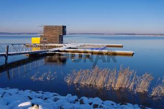 Schwimmendes Haus im Winter- swimming house in winter