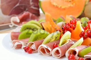 Kalte Platte mit Schinken und Früchten