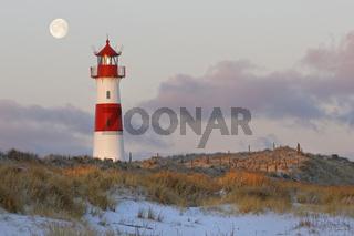 Der rot-weiß gestreifte Leuchtturm List Ost auf der Sylter Halbinsel Ellenbogen bei Vollmond, List, Sylt, Nordfriesland, Schleswig-Holstein, Deutschland, Europa