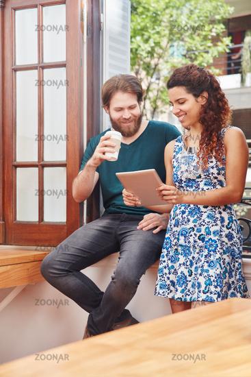 Kollegen schauen auf einen Tablet Computer