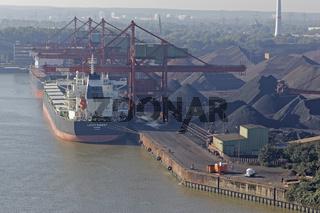 Blick von der Köhlbrandbrücke auf den Kohlehafe, Hansaport Hamburg, Deutschland