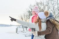 Eltern und Tochter im Winter Urlaub