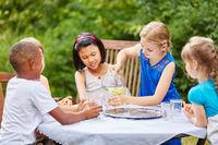 Gruppe Kinder feiert und trinkt Wasser