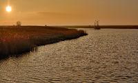 D--Ostfriesland--heimkehrender Krabbenkutter im Leyhörner Sieltief.jpg
