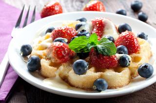 Waffel mit Erdbeeren und Heidelbeeren