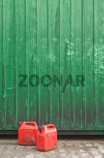 Kanister vor Containerwand