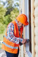 Handwerker als Monteur beim Fenster Einbau