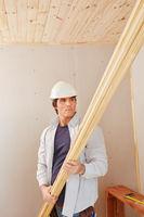 Heimwerker arbeitet mit Holz