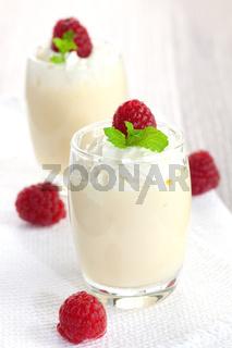 frische Vanillecreme mit Himbeeren / fresh vanilla cream with raspberries