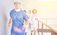 Ärzte laufen zu Notfall in Klinik