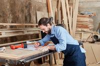 Handwerker macht eine Zeichnung