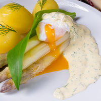 asparagus with wild garlic and poshed egg