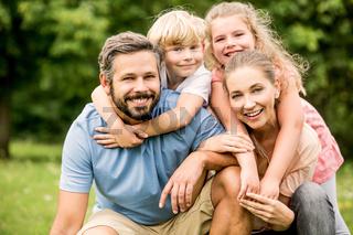 Harmonische Familie lächelt glücklich
